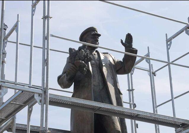 Vedení městské části Praha 6 nechalo zakrýt sochu maršála Koněva