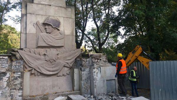 Ve Varšavě demontují pomník rudoarmějcům, kteří padli ve druhé světové válce - Sputnik Česká republika