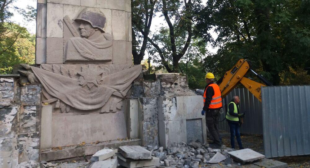 Ve Varšavě demontují pomník rudoarmějcům, kteří padli ve druhé světové válce