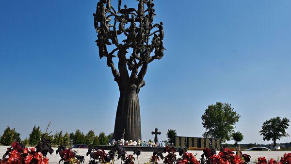 Květiny u pomníku obětem teroristického útoku v Beslanu. - Sputnik Česká republika