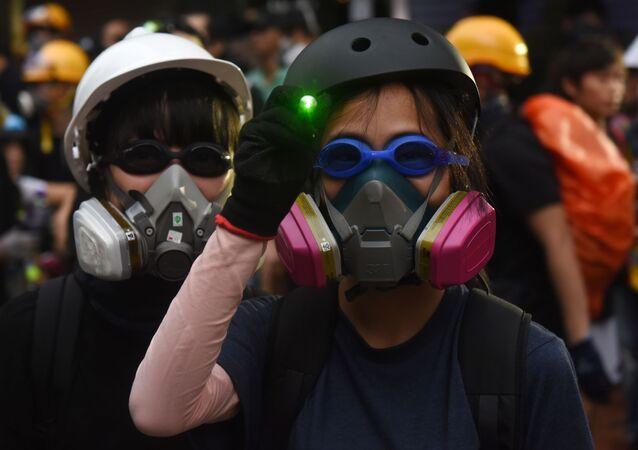 Účastníci protestů v Hongkongu