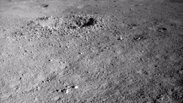 Čínský rover Jü-tchu 2 objevil na odvrácené straně Měsíce neznámý materiál - Sputnik Česká republika
