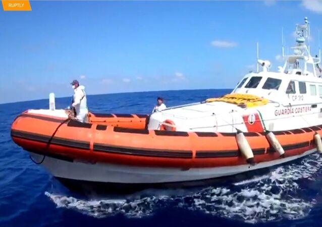 135 migrantům bylo umožněno opustit záchranné lodi ve Středozemním moři