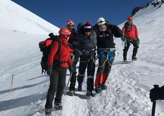 Na Elbrusu horolezci zachránili mladíka