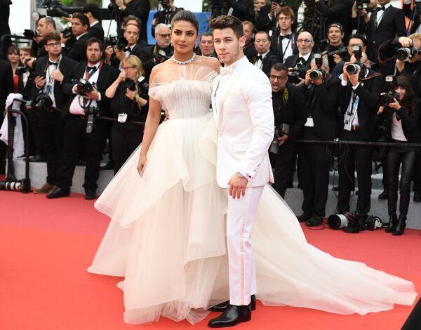 Americký herec Nick Jonas a indická herečka a producentka Priyanka Chopra na červeném koberci na 72. mezinárodním filmovém festivalu v Cannes - Sputnik Česká republika