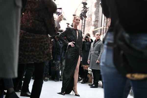 Zpěvačka Céline Dion na módní přehlídce jaro-léto Haute Couture v Paříži v roce 2019 - Sputnik Česká republika