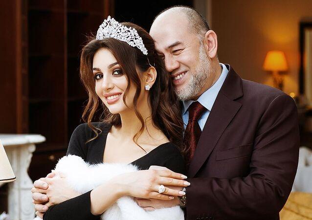 Miss Moskva Oksana Vojevodinová a její exmanžel, bývalý panovník Malajsie Muhammad V.