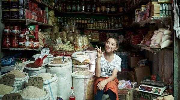 Mladá prodavačka prodává potraviny na hlavním trhu ve městě Oš v Kyrgyzstánu - Sputnik Česká republika