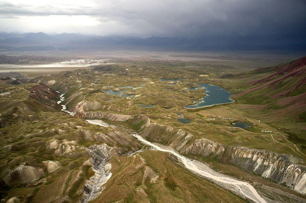 Pohled shora na Kara-Kabak. Vesnice v oblasti Oš