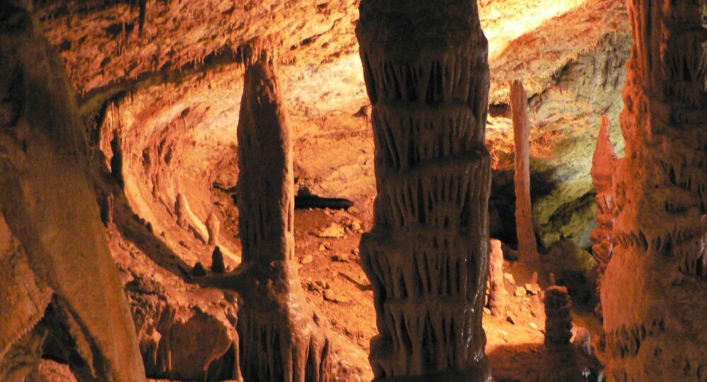 Stalagmity v jeskyni na Krymu