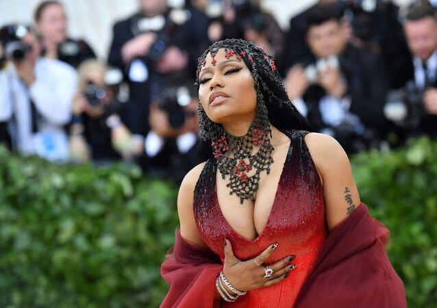 Nicki Minaj se zavřenýma očima v Metropolitním muzeu umění v New Yorku.
