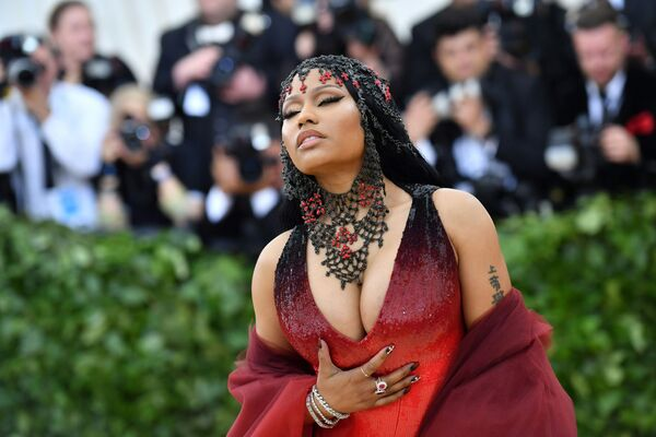 Nicki Minaj se zavřenýma očima v Metropolitním muzeu umění v New Yorku. - Sputnik Česká republika