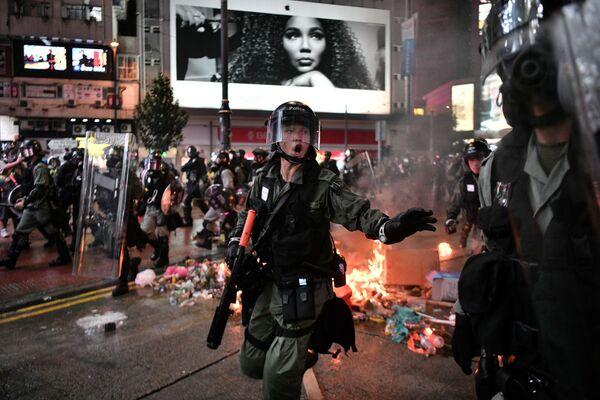 Lidé během protestů v Hongkongu. - Sputnik Česká republika