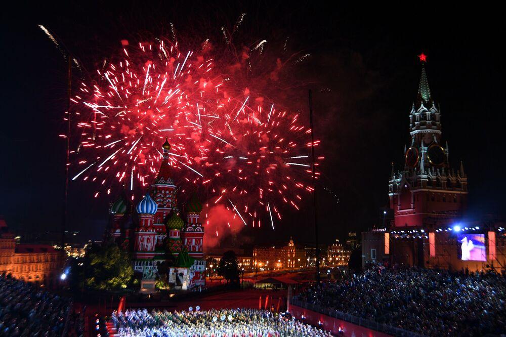 Slavnostní zakončení festivalu Spasská věž na Rudém náměstí v Moskvě.