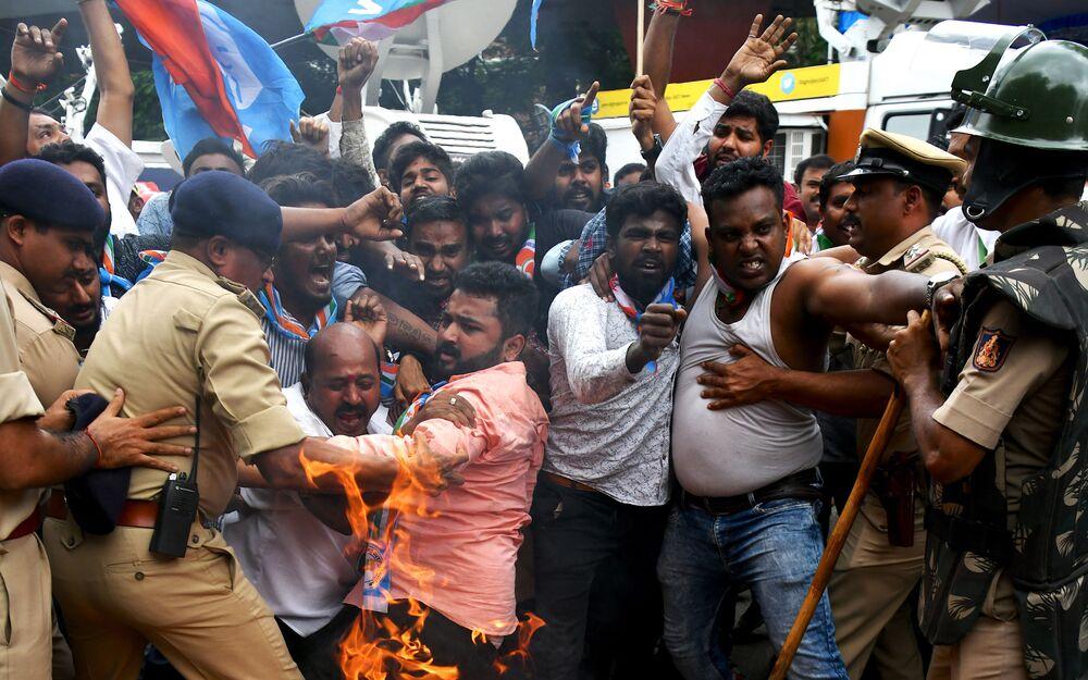 Členové Kongresu Karnataka během střetů s policií v rámci protestu proti indickému premiérovi Naréndrovi Módímu a ministrovi vnitra Amitovi Shahovi v Bengalúru.