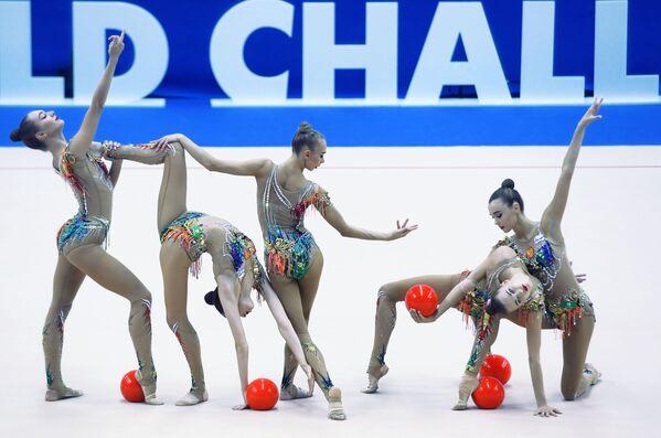 Ruské sportovkyně trénující před soutěží Rhythmic Gymnastics Challenge Cup v Kazani. - Sputnik Česká republika