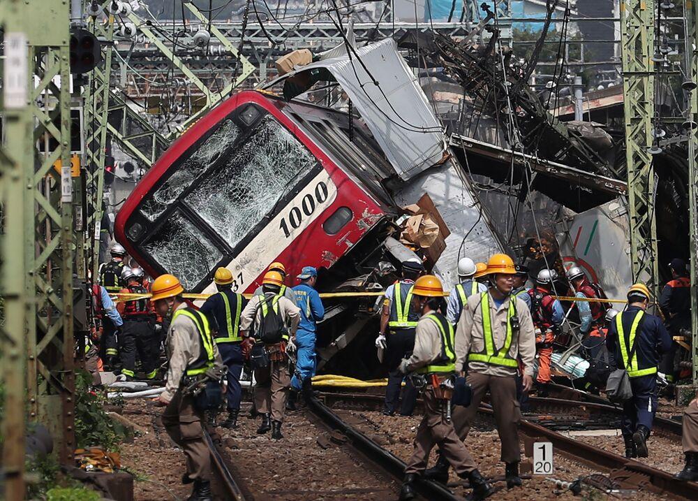 Následky srážky vlaku s kamionem na křižovatce v japonské Jokohamě.