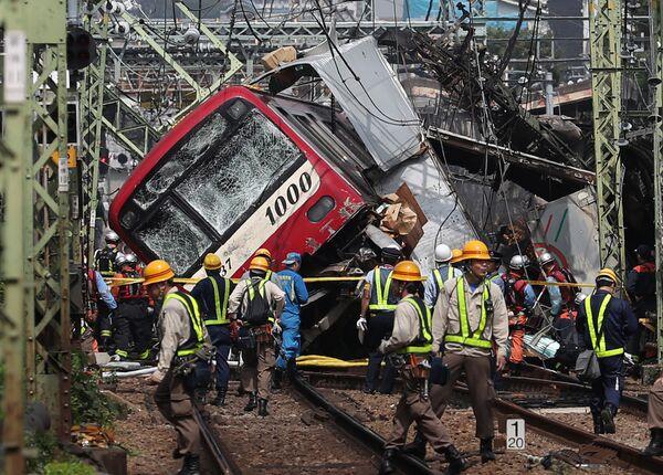 Následky srážky vlaku s kamionem na křižovatce v japonské Jokohamě. - Sputnik Česká republika