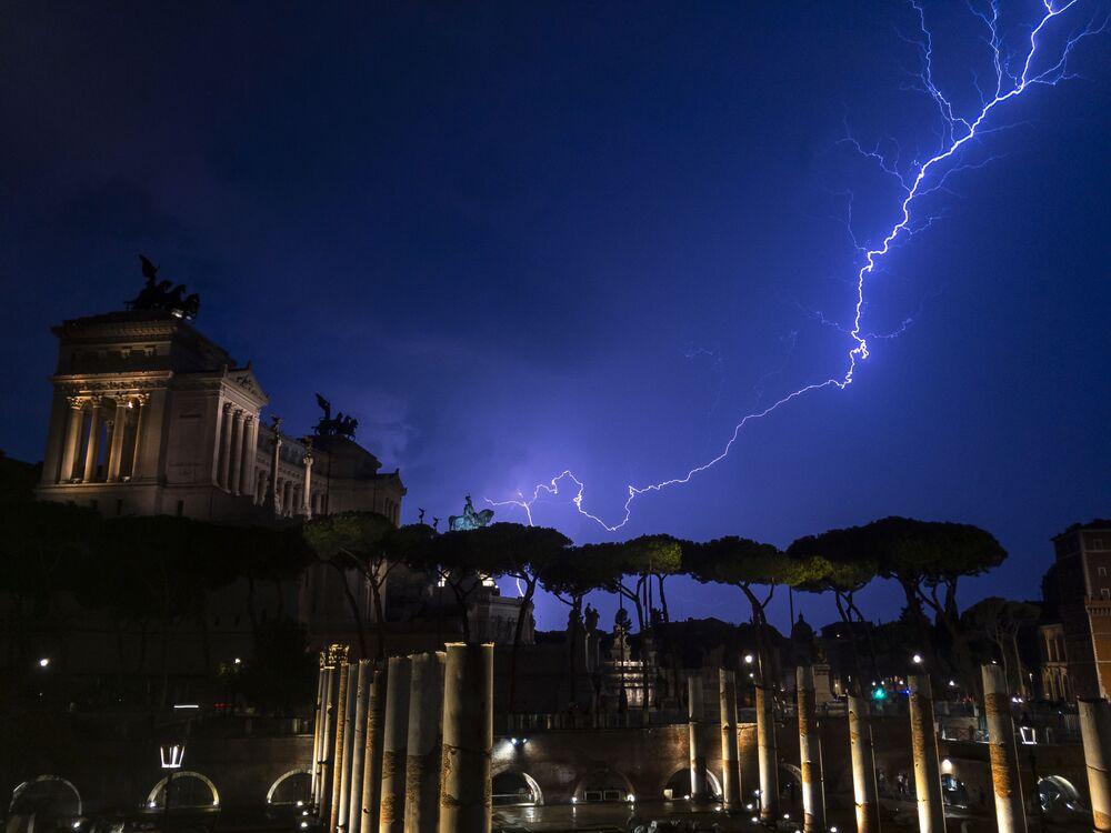 Blesk nad památníkem Viktora Emanuela II. v Římě.