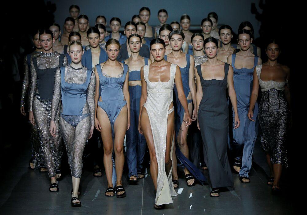 Modelky v šatech od návrhářky Elviry Hasanové na Ukrajinském týdnu módy v Kyjevě.