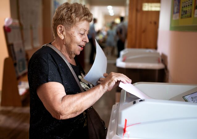 Žena hlasuje ve volbách v Simferopolu na Krymu