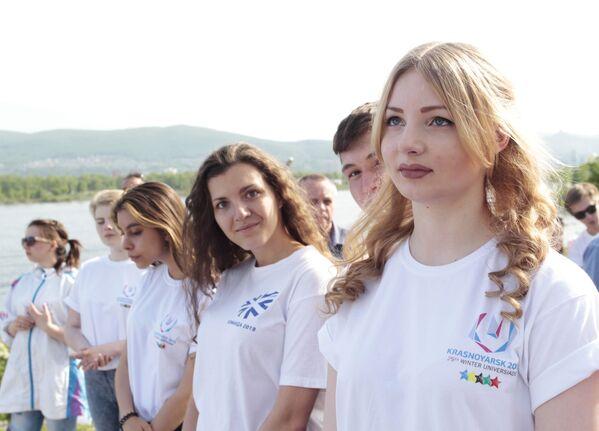 Dobrovolnice na ceremonii spuštění hodin, které odpočítávají čas do startu zimní Universiády 2019 v Krasnojarsku. - Sputnik Česká republika
