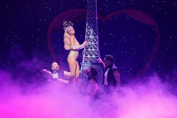 Paris Hiltonová při prezentaci kolekce The Blonds Spring 2020 na týdnu módy v New Yorku - Sputnik Česká republika
