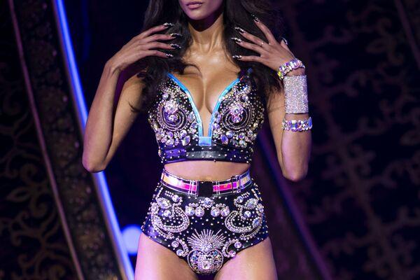 Modelka předvádí oblečení během The Blonds x Moulin Rouge! na týdnu módy v New Yorku - Sputnik Česká republika