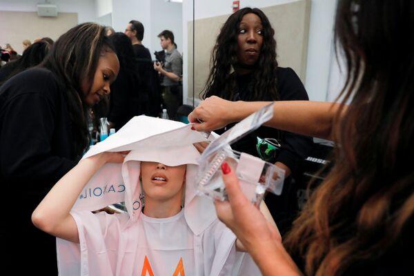 Modelka během The Blonds x Moulin Rouge! na týdnu módy v New Yorku - Sputnik Česká republika