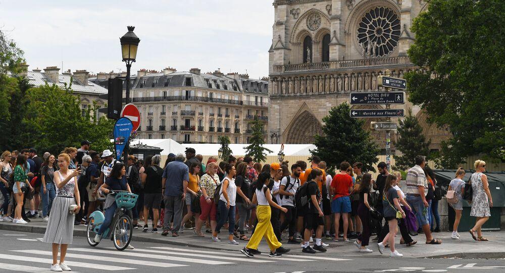 Turisté vedle Notre Dame de Paris