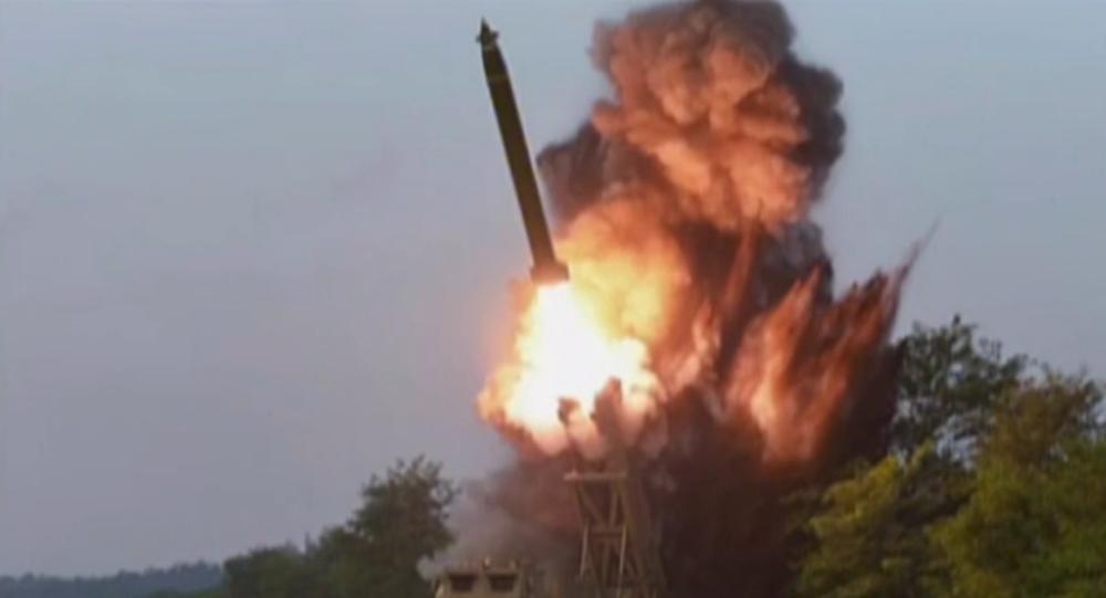 Video: Kim Čong-un kontroluje start velkého raketometu v utajené lokalitě v Severní Koreji