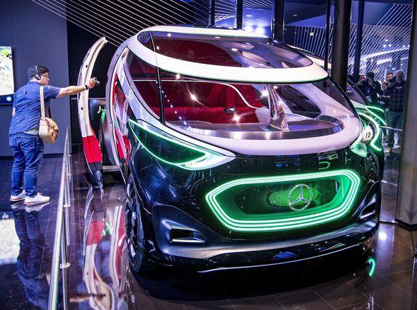 Návštěvník fotí koncepční vůz Mercedes Vision Urbanatic na Frankfurtském autosalonu - Sputnik Česká republika