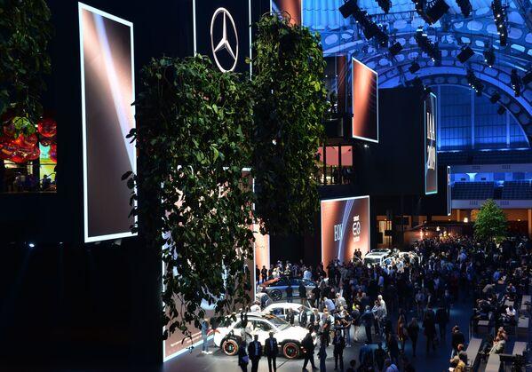 Návštěvnici Frankfurtského autosalonu pod logotypem Mercedes - Sputnik Česká republika