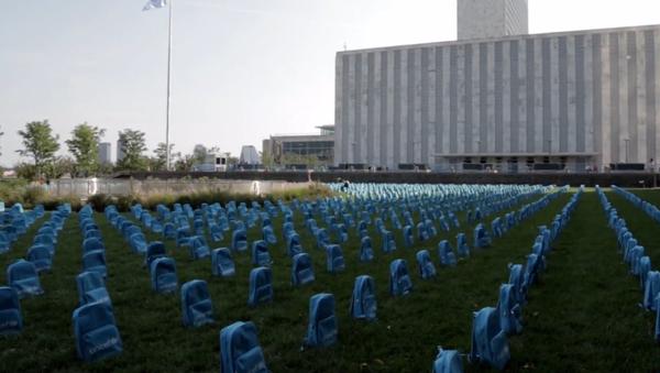 Video: Před sídlem OSN vznikl působivý hřbitov ze školních batohů - Sputnik Česká republika