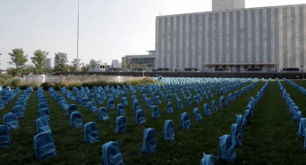 Video: Před sídlem OSN vznikl působivý hřbitov ze školních batohů