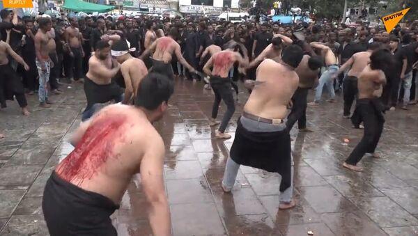 Šokující tradice. Muži krvácejí a bijí se do hrudníku během oslavy muslimské Ašúry - Sputnik Česká republika