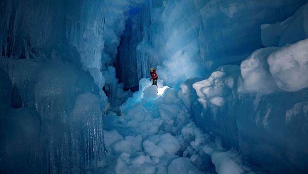 """Členové 24. ukrajinské výpravy v Antarktidě objevují """"ztracenou"""" ledovcovou jeskyni  - Sputnik Česká republika"""