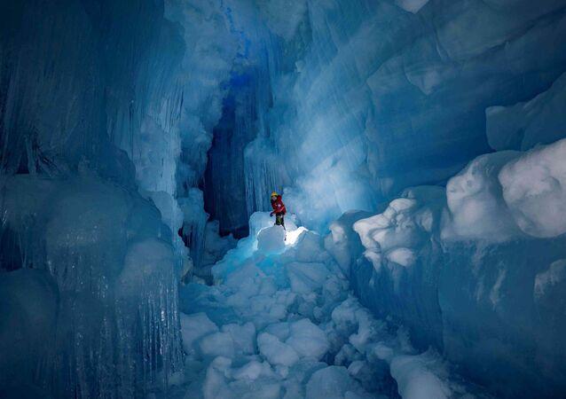 """Členové 24. ukrajinské výpravy v Antarktidě objevují """"ztracenou"""" ledovcovou jeskyni"""