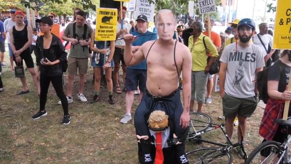 Video: V americkém městě vzlétl nafukovací balón s Trumpem v podobě krysy - Sputnik Česká republika
