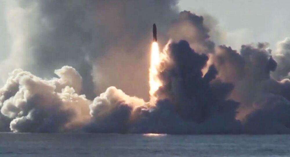 Odpálení rakety Bulava z ruské jaderné ponorky Jurij Dolgorukij