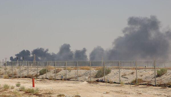 Kouř z ropného zařízení Saudi Aramco v Abkajku ve východní provincii Saúdské Arábie 14. září 2019 - Sputnik Česká republika