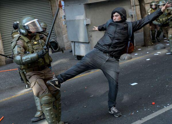 Střety mezi protestujícími a policií během akce u příležitosti 46. výročí vojenského převratu vedeného generálem Augustem Pinochetem v Chile. - Sputnik Česká republika