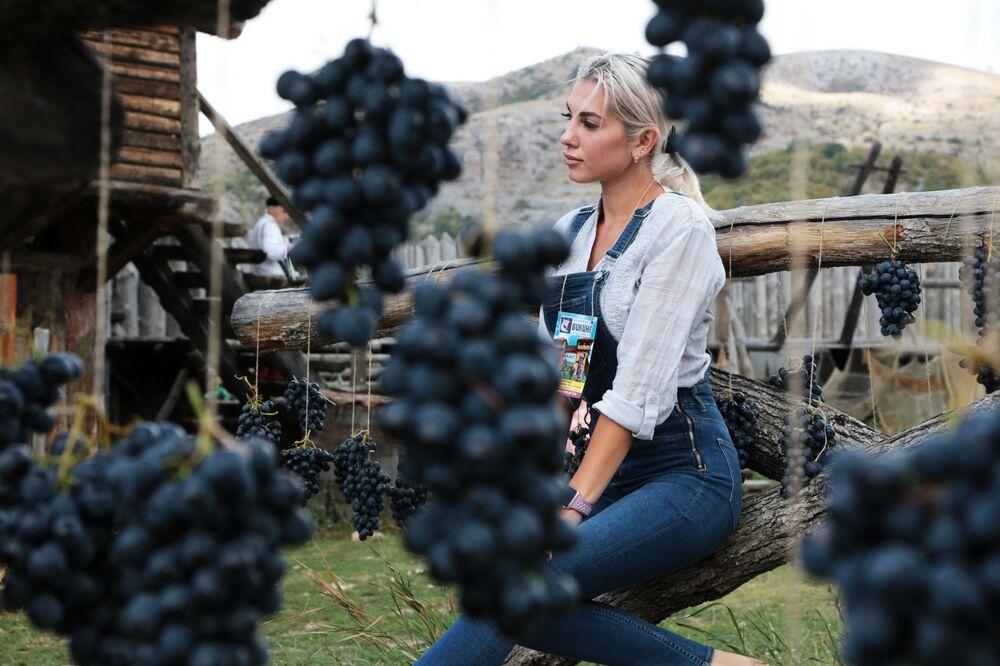 Dívka na Festivalu hroznů v interaktivním parku Viking na Krymu.