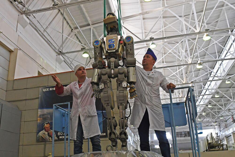 Zaměstnanci rakety Eněrgija a kosmické společnosti získají robota Fjodor z sestupného modulu kosmické lodi Sojuz MS-14 po letu na ISS.