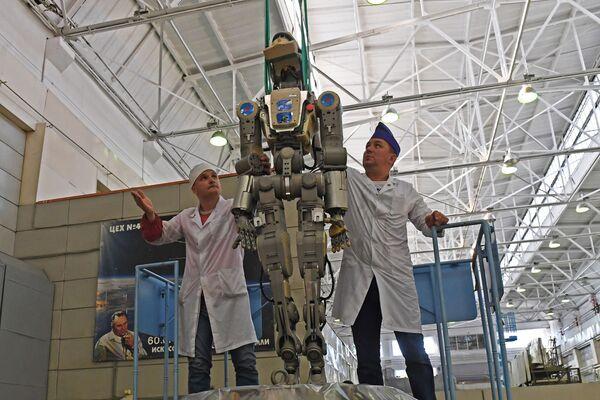 Zaměstnanci rakety Eněrgija a kosmické společnosti získají robota Fjodor z sestupného modulu kosmické lodi Sojuz MS-14 po letu na ISS. - Sputnik Česká republika