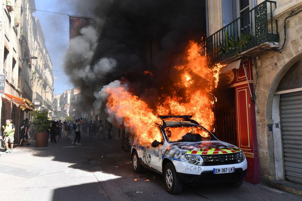 Policejní auto, které zapálili účastníci tzv. hnutí žluté vesty ve městě Montpellier ve Francii.