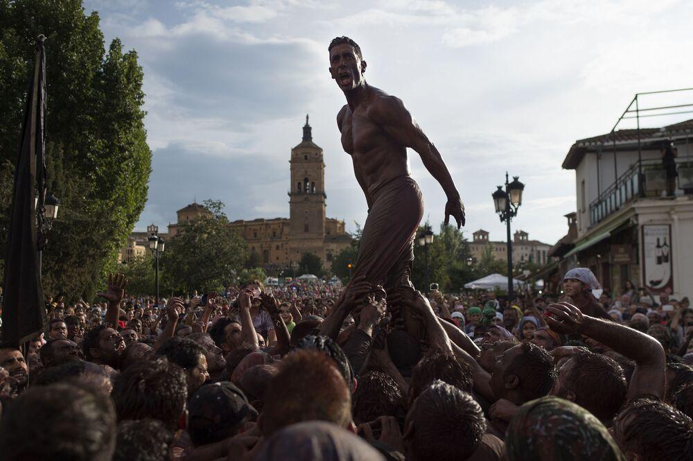 Účastníci festivalu Cascamorras ve Španělsku.