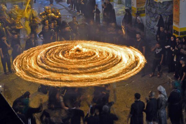 Šíitští muslimové během pohřebního obřadu v Najafu. - Sputnik Česká republika