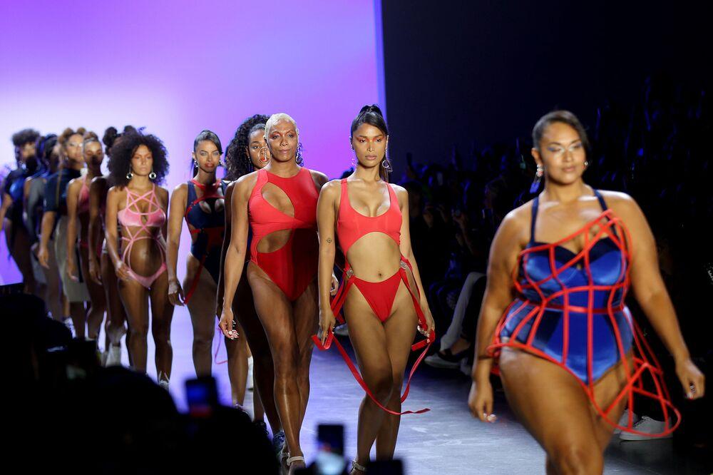 Modelky na módní přehlídce Chromat Spring / Summer 2020 na Týdnu módy v New Yorku.