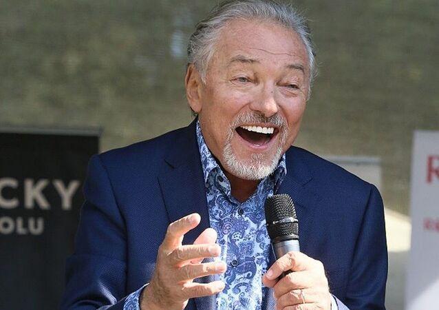 Český zpěvák Karel Gott během vystoupení.